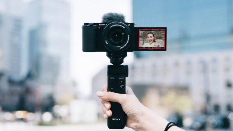 كاميرا  Sony ZV-E10 تقدم عدسات قابلة للتبديل لتصوير الفلوجات باحترافية